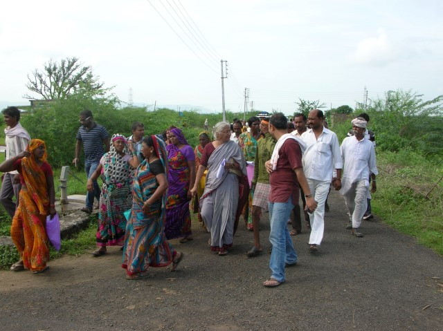 NAPM activists at Khargaon photo Matt Birkinshaw on Matt Birkinshaw's geography blog