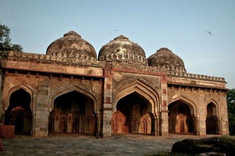 Bada_Gumbad,_a_three_domed_masjid_(mosque),_Lodhi_Gardens,_Delhi